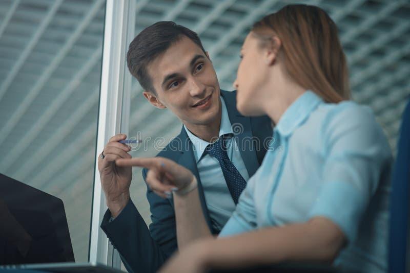 Arbeitskräfte besprechen sich stockfoto