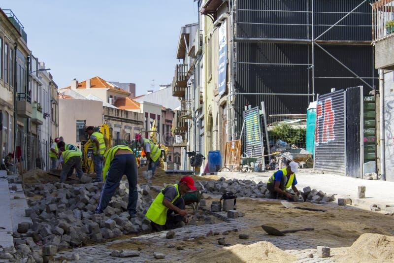 Arbeitskräfte an der Baustelle stockbilder