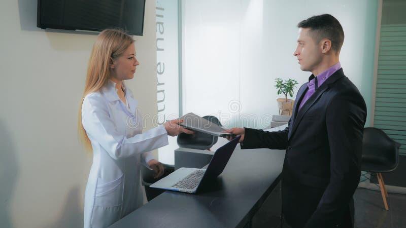 Arbeitskräfte in der Klinik stockfoto