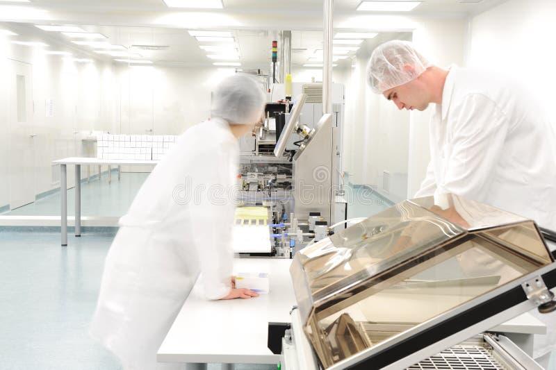 Arbeitskräfte an der modernen Fabrik lizenzfreie stockfotografie