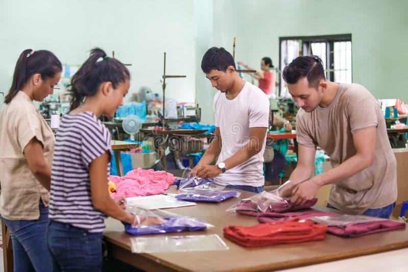 Arbeitskräfte an der Textilfabrik, die ihre Produkte verpackt lizenzfreies stockbild