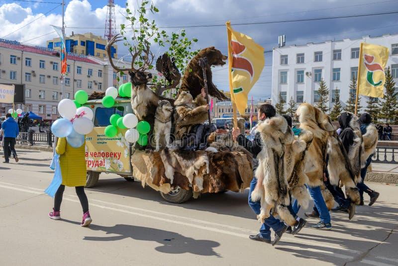 Arbeitskräfte des agro-industriellen Interesses Sakhabult, nähende Pelzprodukte stockfoto
