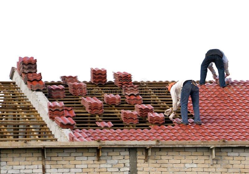 Arbeitskräfte, die Dach-Fliesen legen stockfotos