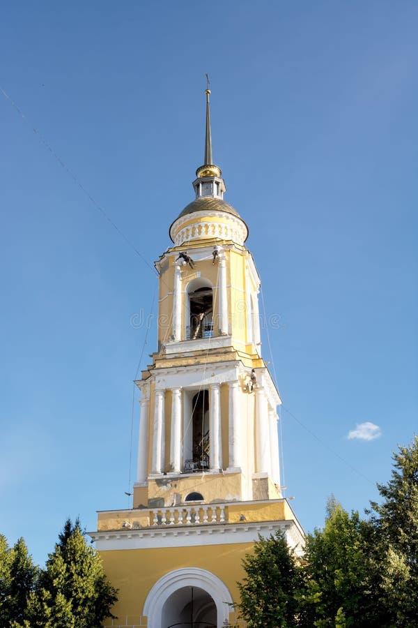 Arbeitskräfte, die den Glockenturm der Torkirche am weiblichen orthodoxen Kloster der Heiligen Dreifaltigkeit in Kolomna, Russlan stockfotografie