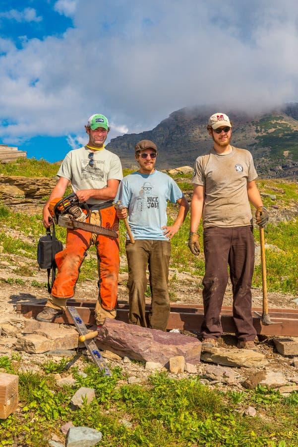 Arbeitskräfte, die den Planken-Hinterglacier nationalpark reparieren stockfotografie