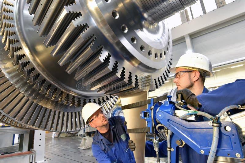 Arbeitskräfte, die Gasturbinen in einem modernen ind zusammenbauen und konstruieren stockbilder