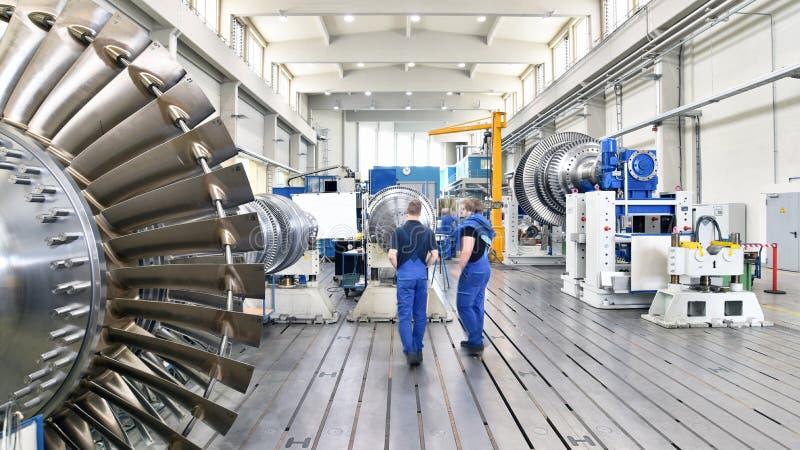 Arbeitskräfte, die Gasturbinen in einem modernen ind zusammenbauen und konstruieren lizenzfreie stockbilder