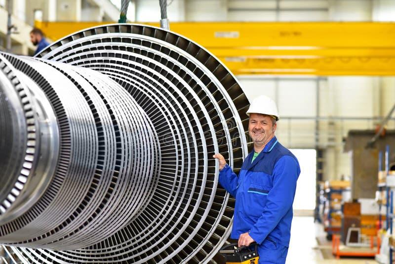 Arbeitskräfte, die Gasturbinen in einem modernen ind zusammenbauen und konstruieren lizenzfreies stockbild