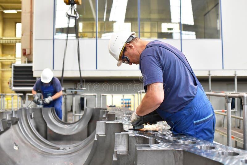 Arbeitskräfte, die Gasturbinen in einem modernen ind zusammenbauen und konstruieren stockfoto