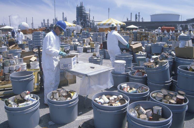 Arbeitskräfte, die giftige Haushaltsabfälle handhaben stockfotos