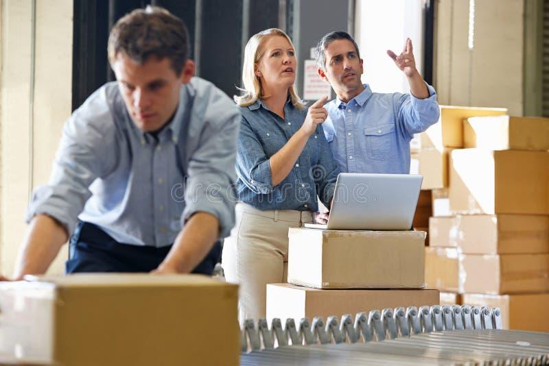 Arbeitskräfte im Lagerhaus lizenzfreie stockfotografie