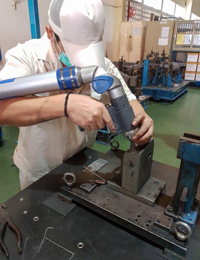 Arbeitskräfte, Kalibrierung, die Maßgenauigkeits-Werkzeugmaschine kontrolliert lizenzfreies stockbild