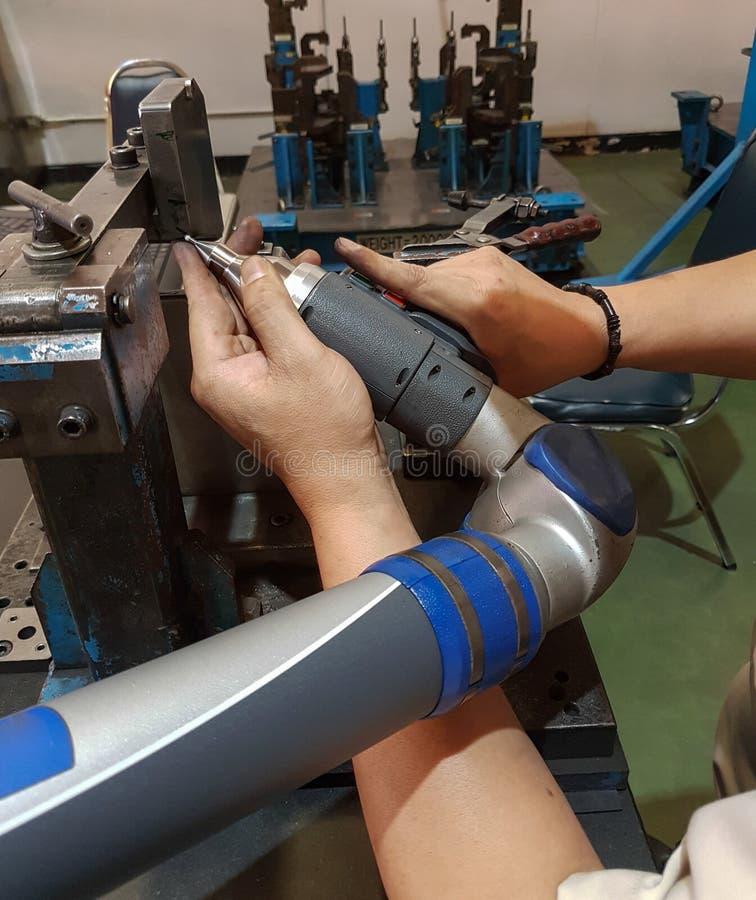 Arbeitskräfte, Kalibrierung, die Maßgenauigkeits-Werkzeugmaschine kontrolliert lizenzfreies stockfoto