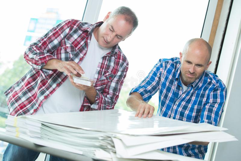 Arbeitskräfte mit Stapelpapieren lizenzfreies stockfoto
