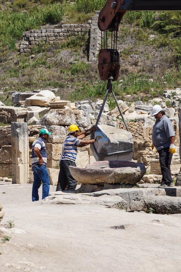 Arbeitskräfte stellen alte Spalte wieder her stockfotos