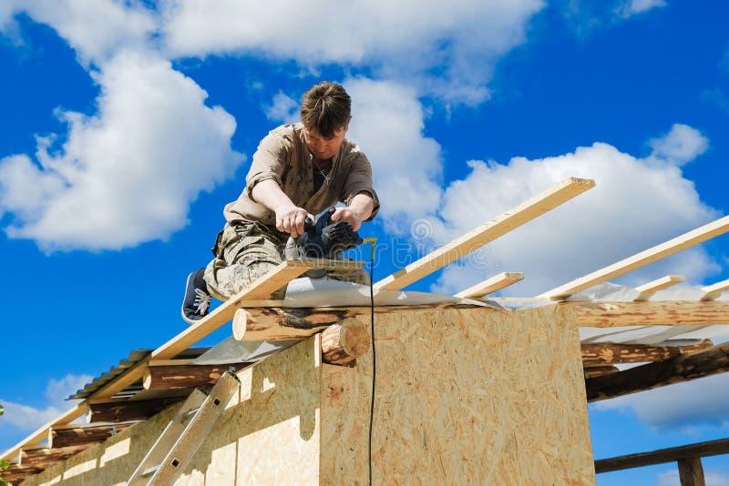 Arbeitskräfte stellen ein Dach in einem Landhaus her stockfotografie