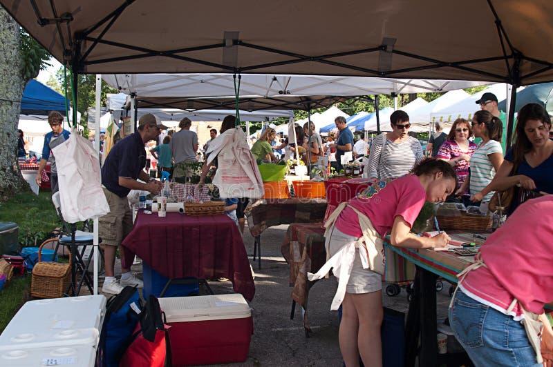Arbeitskräfte und Käufer an Farmer?s-Markt im Freien lizenzfreie stockfotografie