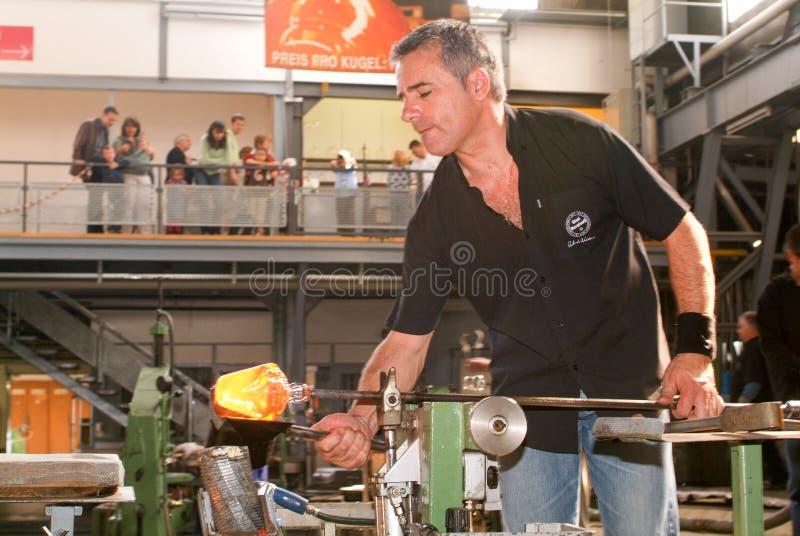 Arbeitskräfte während der Glasverarbeitung lizenzfreie stockfotos