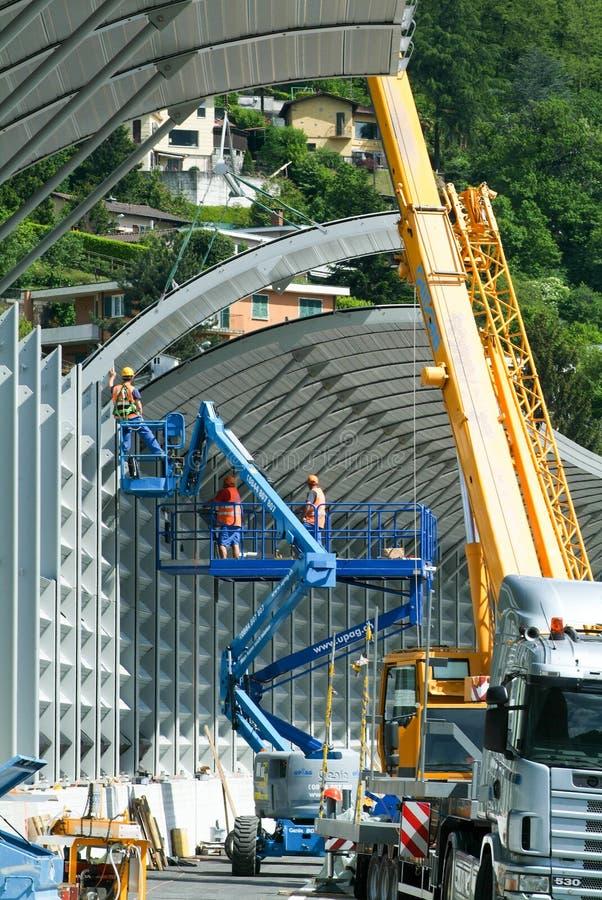 Arbeitskräfte während der Installation der Geräuschsperren auf der Autobahn lizenzfreie stockfotos