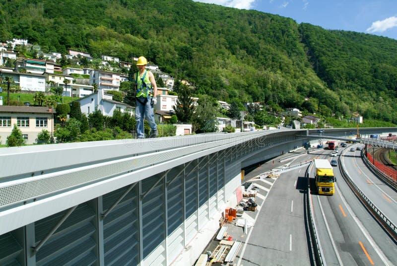 Arbeitskräfte während der Installation der Geräuschsperren auf der Autobahn lizenzfreies stockbild