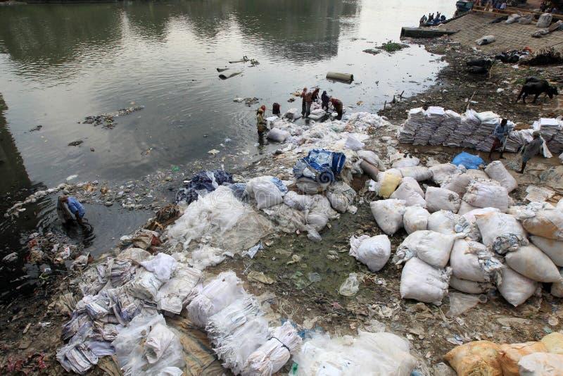 Arbeitskräfte waschen Chemikalie-Mischplastikfolien lizenzfreies stockbild