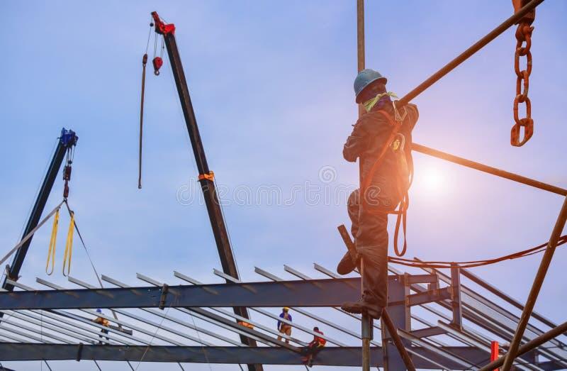 Arbeitskraft auf der hohen Installationsbaugerüstabnutzungsausrüstung stockbilder