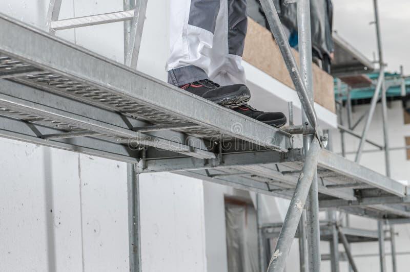 Arbeitskraft auf einem Baugerüst lizenzfreies stockfoto