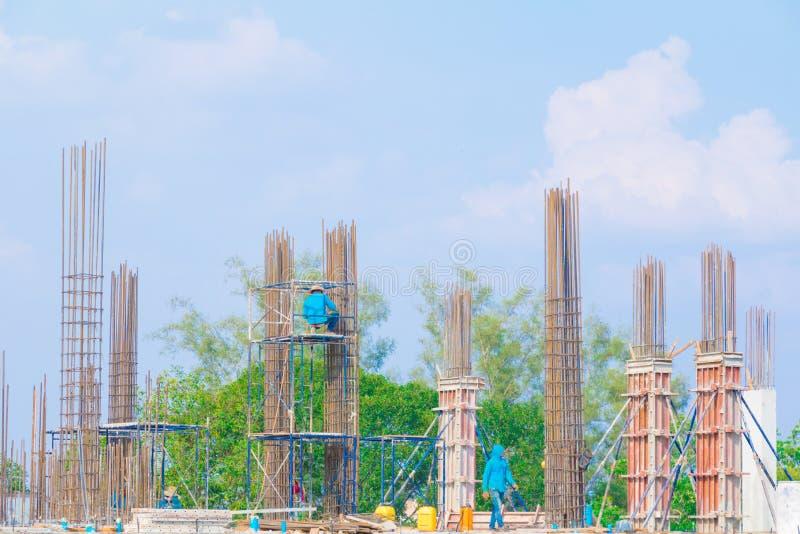Arbeitskraft auf Gestell in der Baustelle lizenzfreies stockbild