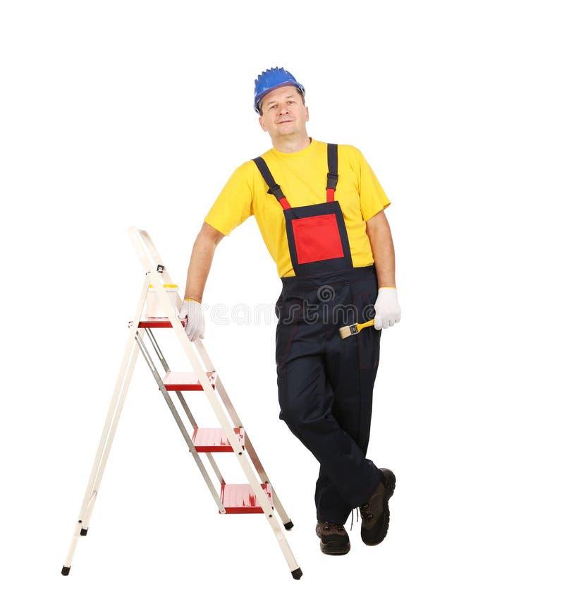 Arbeitskraft auf Leiter mit Bürste lizenzfreies stockbild
