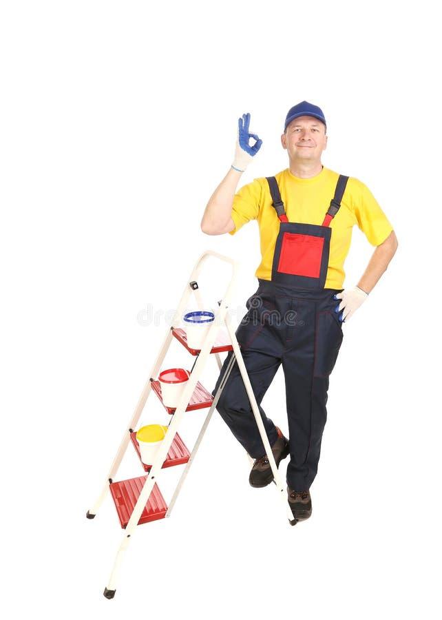 Arbeitskraft auf Leiter mit Eimern stockfotos
