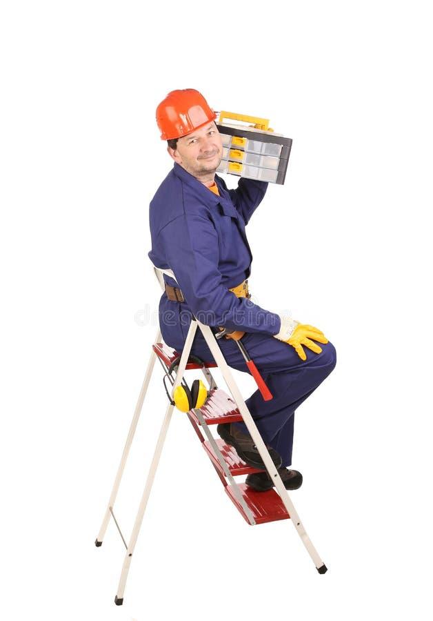 Arbeitskraft auf Leiter mit Werkzeugkasten stockfotos