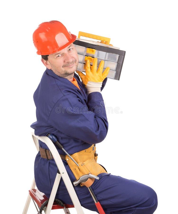 Arbeitskraft auf Leiter mit Werkzeugkasten lizenzfreie stockfotografie