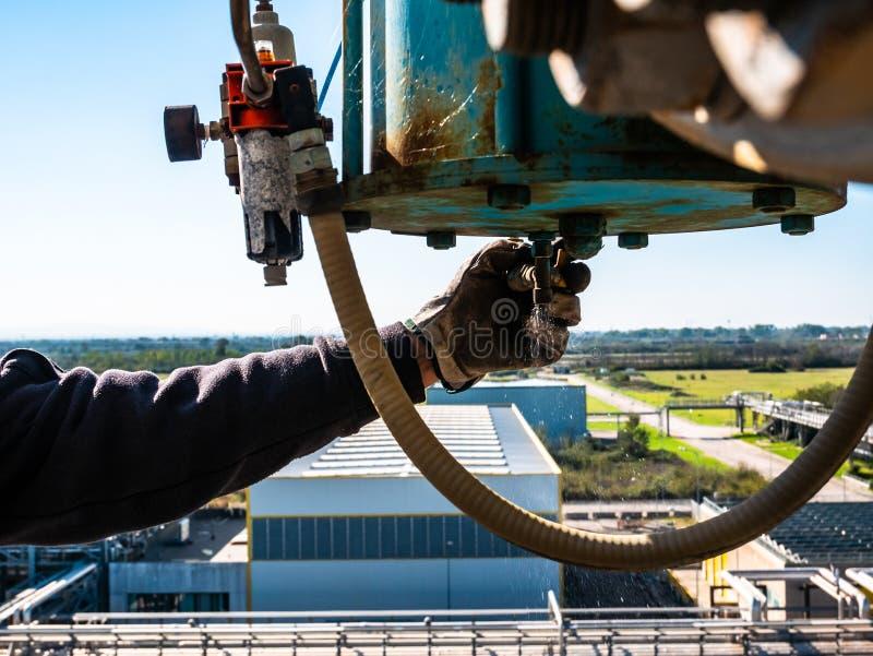 Arbeitskraft bei der Arbeit auf Höhe mit Schutzgeräten stockbild