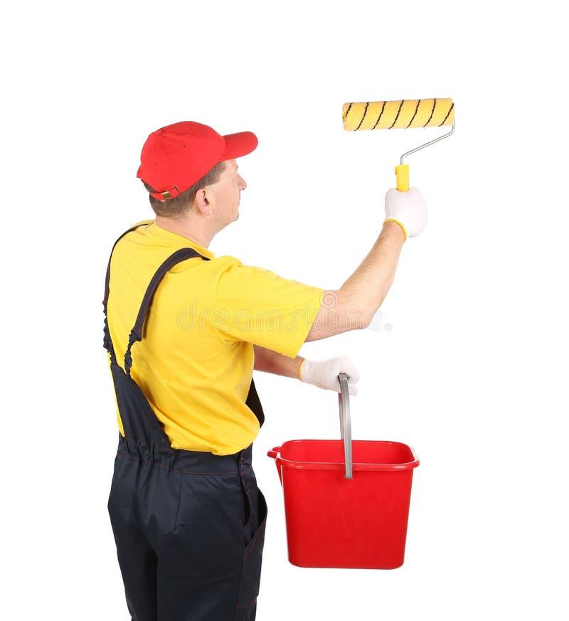 Arbeitskraft in den Hardhatfarben mit Eimer. stockfotos