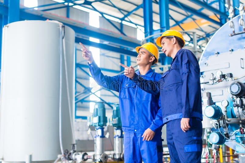 Arbeitskraft in der asiatischen Produktionsanlage lizenzfreie stockfotos