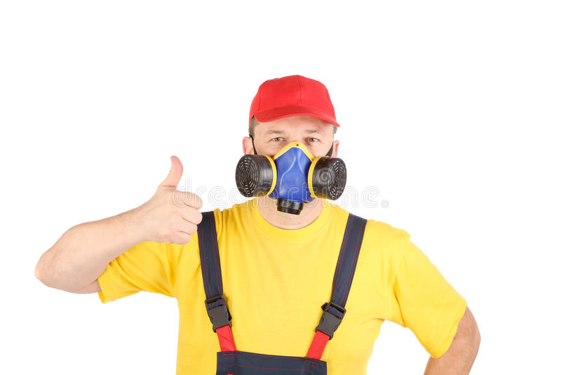 Arbeitskraft in der Gasmaske zeigt Daumen stockbild