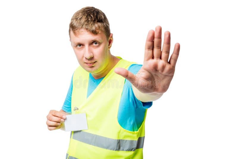 Arbeitskraft in der gelben Weste zeigt Geste lizenzfreie stockfotografie