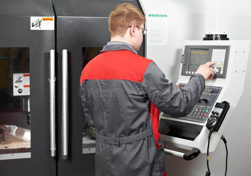 Arbeitskraft an der Werkzeugmaschinenwerkstatt stockfotos