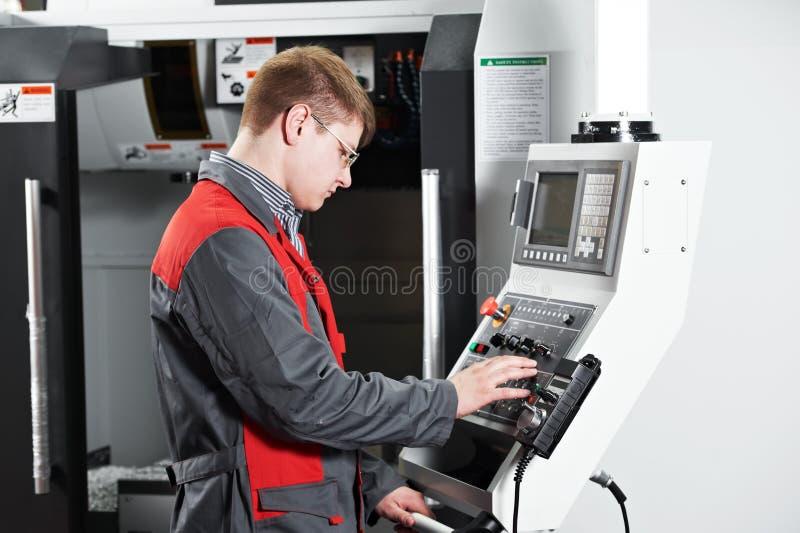 Arbeitskraft an der Werkzeugmaschinenwerkstatt lizenzfreie stockfotografie