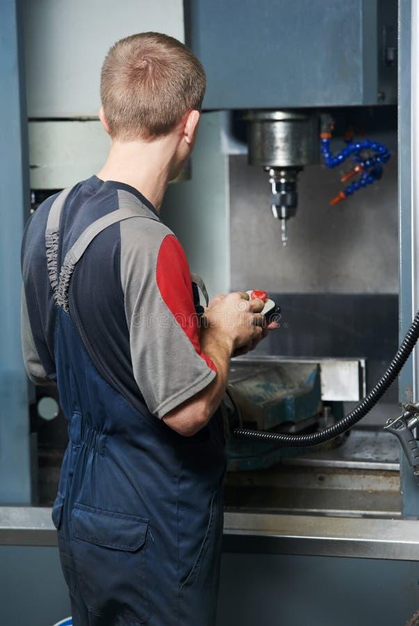 Arbeitskraft an der Werkzeugmaschinenwerkstatt stockfotografie