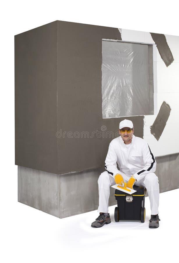 Arbeitskraft, die auf einem Kasten Werkzeugen sitzt lizenzfreies stockfoto