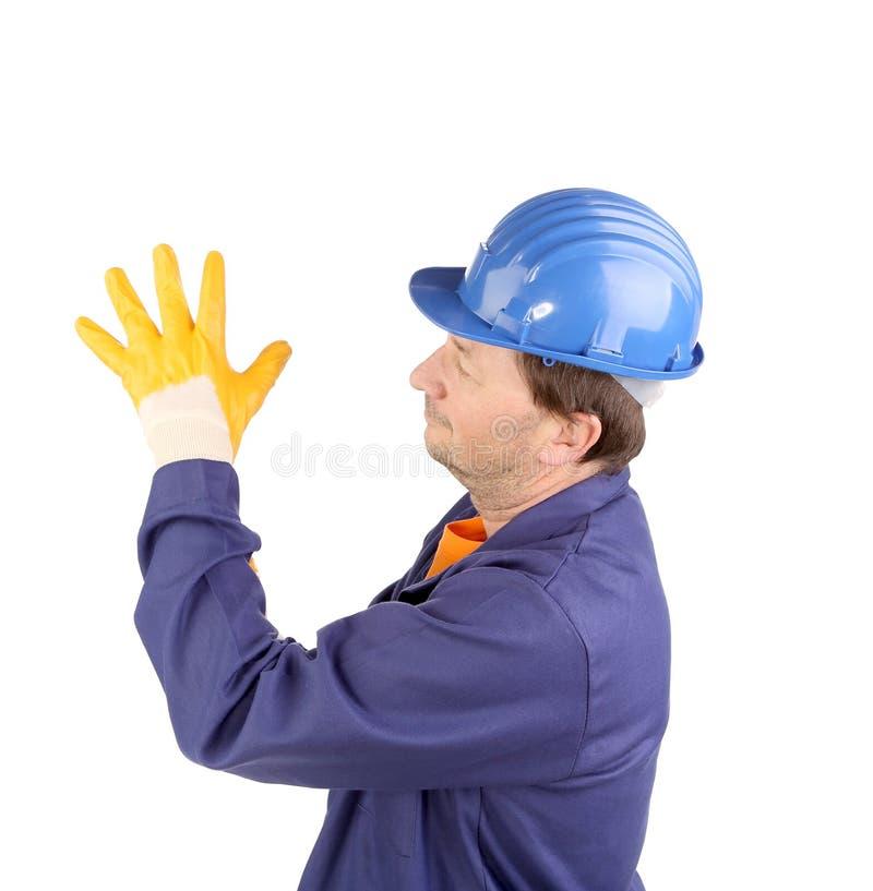 Arbeitskraft, die auf Gummihandschuh sich setzt. stockbilder