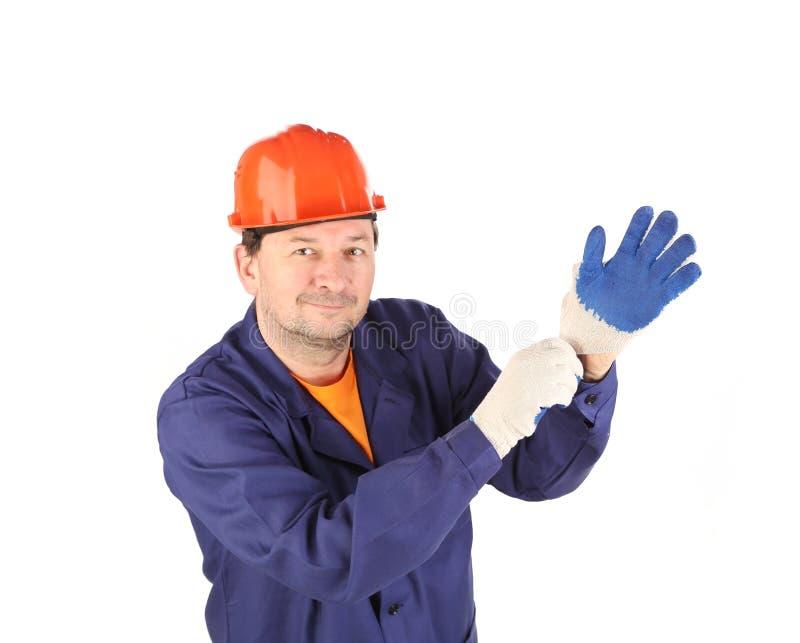 Arbeitskraft, die auf Handschuh sich setzt stockbilder