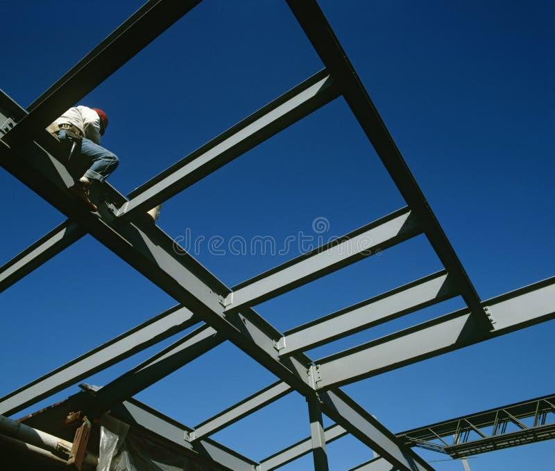 Arbeitskraft, die auf niedriger Winkelsicht des Eisenbaus sitzt stockbilder