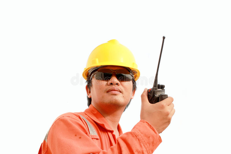 Arbeitskraft, die auf Transceiver des portablen Radios spricht stockfotos