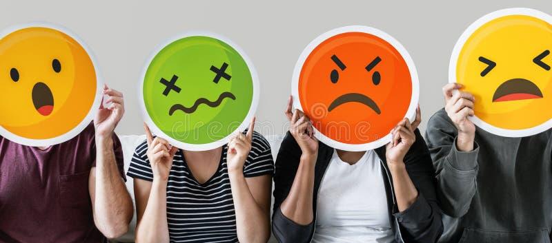 Arbeitskraft, die Ausdruck emojis auf Couch hält stockbild