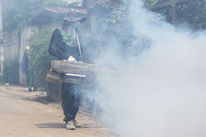 Arbeitskraft, die Chemikalie einnebelt, um Moskito an der Straße zu beseitigen stockfoto