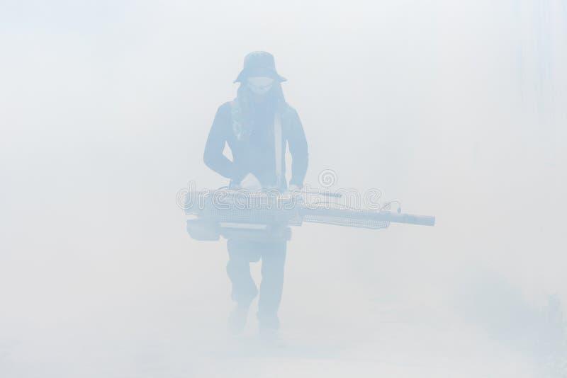 Arbeitskraft, die Chemikalie einnebelt, um Moskito an der Straße zu beseitigen stockbilder