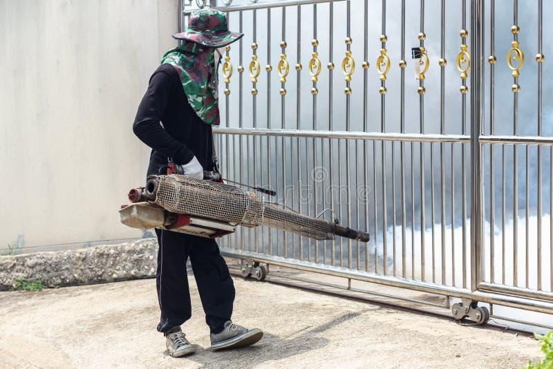 Arbeitskraft, die Chemikalie einnebelt, um Moskito an der Straße zu beseitigen lizenzfreies stockbild