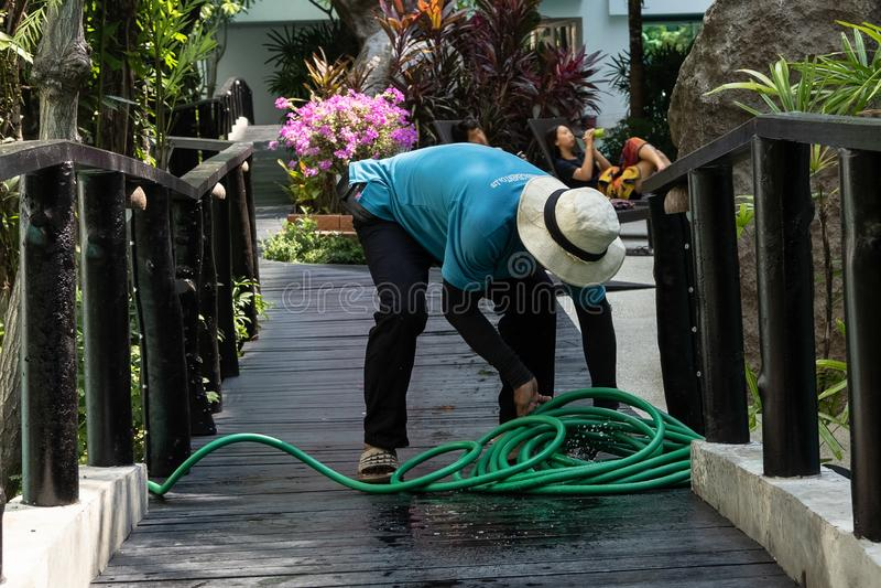 Arbeitskraft, die das Pool säubert Poolreiniger Thailand stockbilder